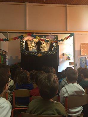 Η παράσταση κουκλοθεάτρου Χιονονιφάδα Λου επί σκηνής