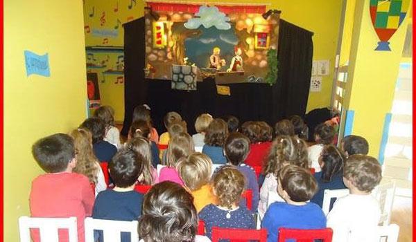 Μεταφερόμενο κουκλοθέατρο παράσταση σε παιδικό σταθμό απο την ομάδα κουκλοθεάτρου ArtooPaspartoo